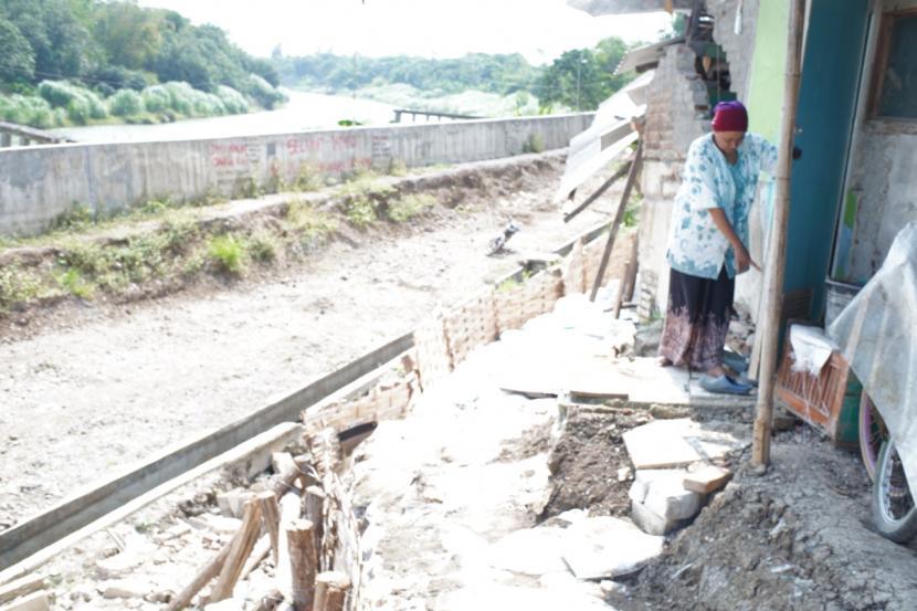 Tanah ambles di Blok Rengaspayung, Desa/Kecamatan Kertasemaya, Kabupaten Indramayu semakin parah, Selasa (28/9).