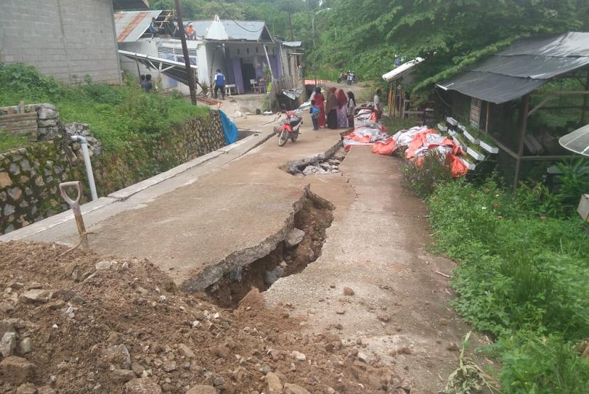 Tanah rengkah di Kota Sawahlunto menyebabkan sedikitnya 16 rumah rusak.