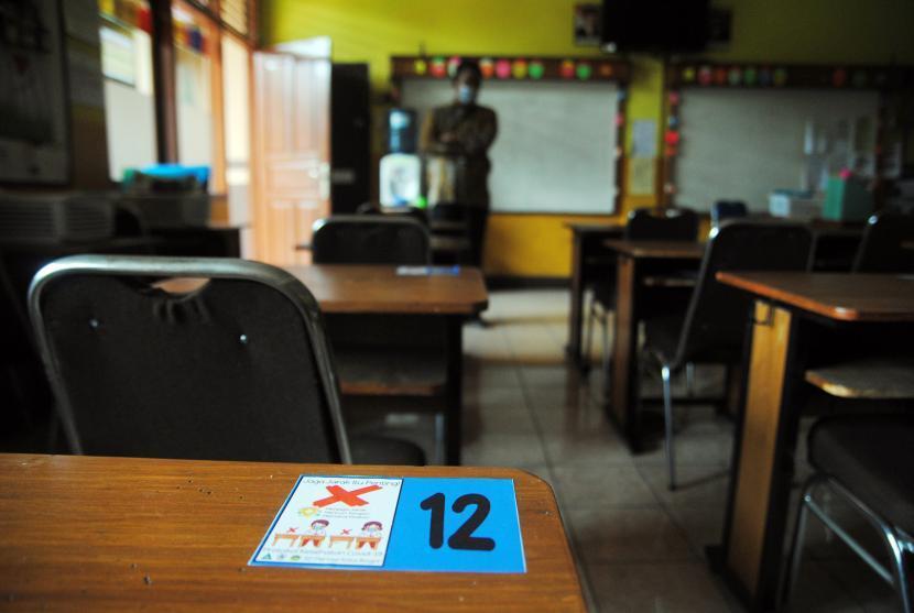 Tanda jaga jarak dipasang pada setiap meja siswa di sekolah menjelang uji coba pembelajaran tatap muka (ilustrasi).