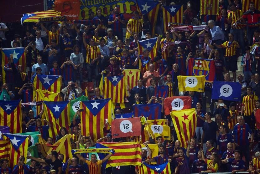 Tanda pro-referendum dan bendera kemerdekaan Katalunya pada laga Girona dan FC Barcelona di Stadion Montivili, Girona, Katalunya, Spanyol, Sabtu (23/9).