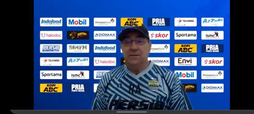 Tangkapan layar pelatih Persib Bandung, Robert Rene Alberts dalam wawancara daring mengenai latihan perdana Persib di Stadion Gelora Bandung Lautan Api, Kota Bandung, Senin (1/3).