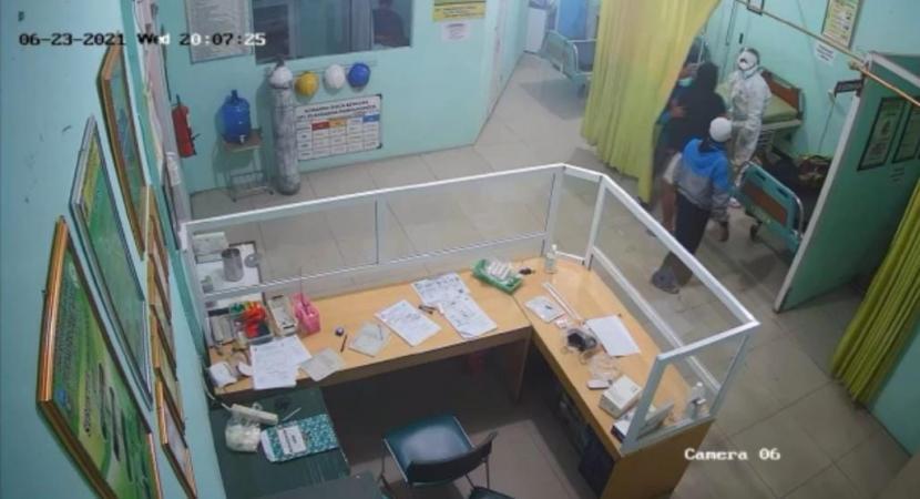 Tangkapan layar pemukulan nakes oleh seorang warga di Puskesmas Pameungpeuk, Kabupaten Garut.