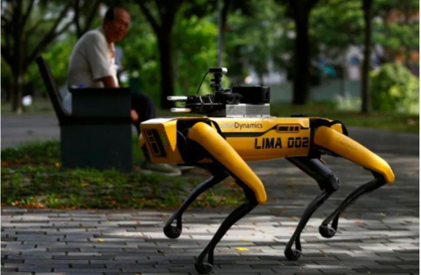 Tangkapan layar robot Spot yang berpartoli di Singapura.