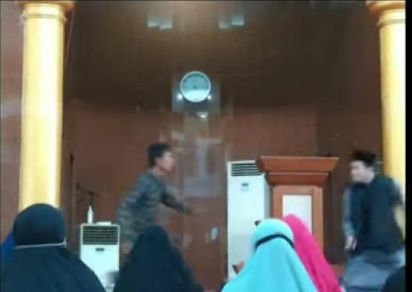 Tangkapan layar saat terjadinya penyerangan terhadap Ustadz Chaniago yang sedang berceramah di Batam.