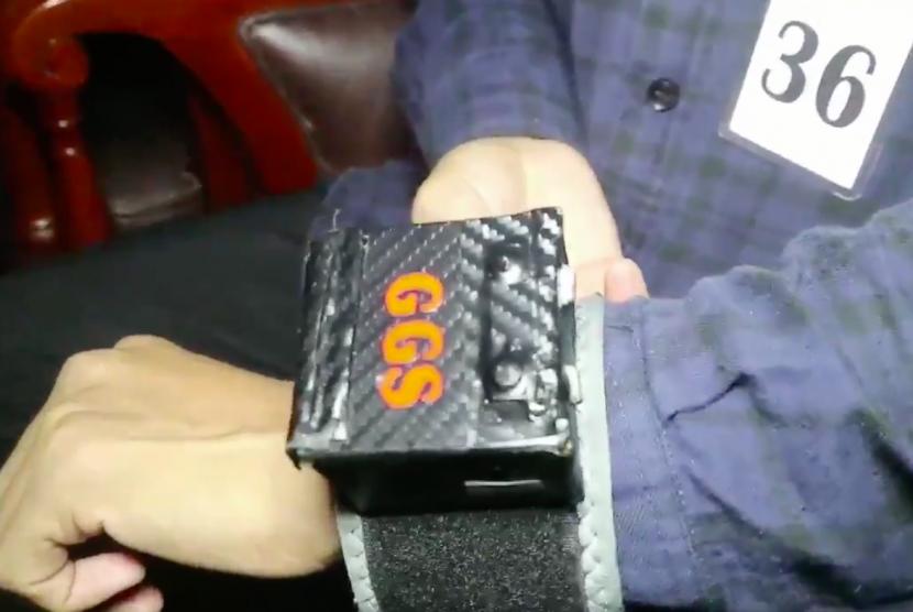 Tangkapan layar video pada akun Twitter @ganjarpranowo yang menampilkan gelang getar shalat.