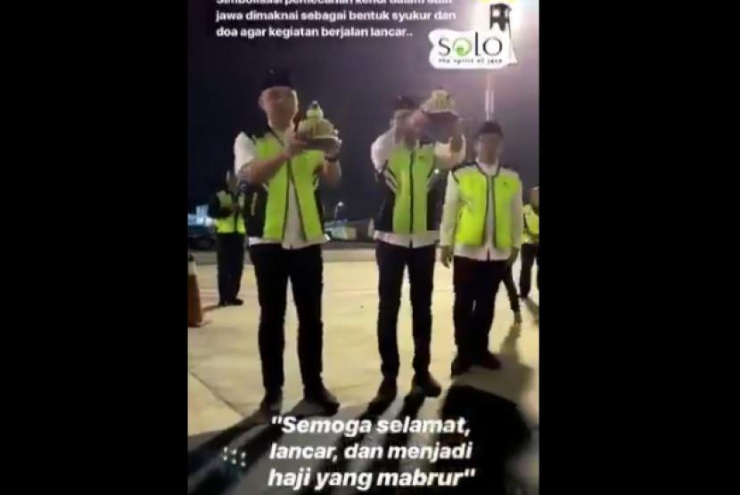 tangkapan layar video prosesi pecah kendi yang dilakukan manajemen Garuda Indonesia pada Juli 2019