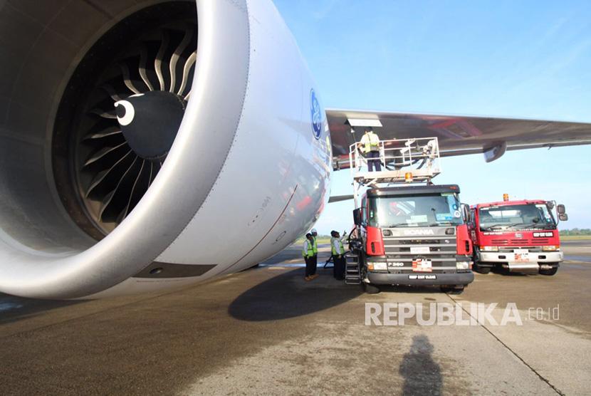 Tangki refueller avtur Pertamina mengisi bahan bakar minyak pesawat (BBMP) untuk penerbangan haji di Bandara Internasional Minangkabau (BIM), Padang, Sumatra Barat, Rabu (2/8).