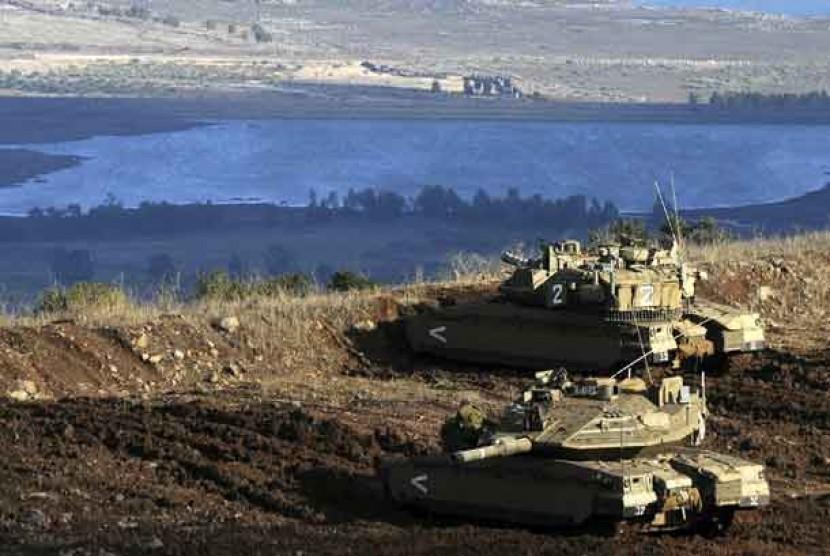 Tank-tank Israel dalam posisi menghadap sebuah desa Suriah dari Dataran Tinggi Golan yang dicaplok Israel.