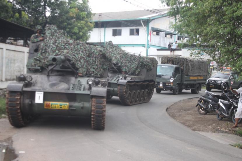 Tank Yonarmed-VII/105 GS/Biringgalih Kodam Jaya yang dikira ikut operasi penyekatan arus mudik tengah melaksanakan latihan rutin.