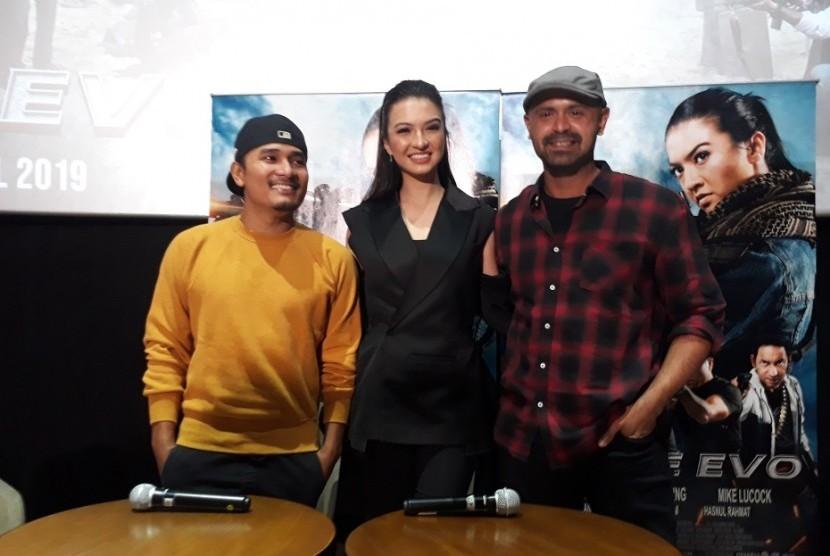 Tanta Ginting, Raline Shah, dan Mike Lucock yang memebintangi film Police Evo.