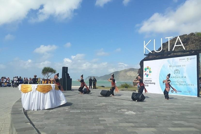 Tarian Asih Tresna menyambut api obor Asian Games 2018 di Pantai Kuta Mandalika, Lombok Tengah, NTB, Rabu (25/7).