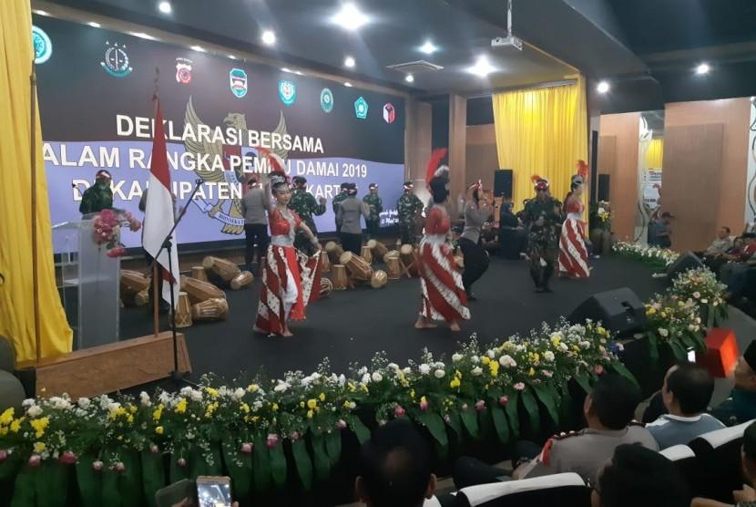Tarian tradisional dan rampak kendang yang dibawakan anggota TNI/Polri, menjadi pembuka dalam acara deklarasi damai Pemilu 2019 yang diselenggarakan unsur Muspida Purwakarta, di Aula Yudistira Pemkab Purwakarta, Jumat (15/3).