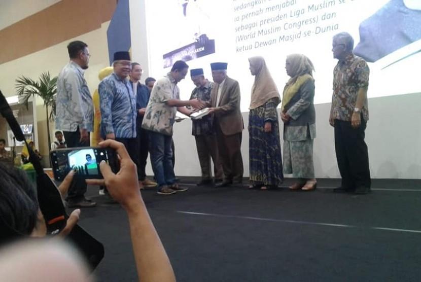 Taufiq Ismail hadir dalam acara pemeran buku IIBF yang dibayangi seruan boikot.