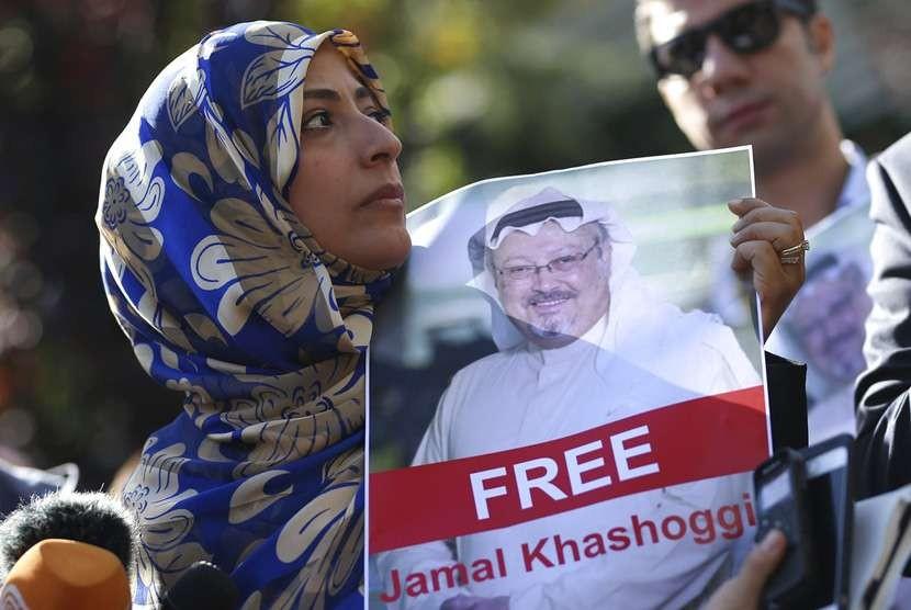 Tawakkol Karman, pemenang Hadiah Nobel Perdamaian untuk 2011 memegang gambar penulis Arab yang hilang Jamal Khashoggi saat ia berbicara kepada wartawan dekat konsulat Arab Saudi, di Istanbul, Turki.
