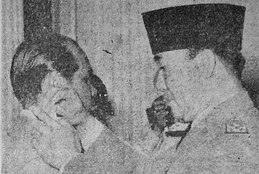 TB Simatupang (kiri) bersama Presiden Soekarno.