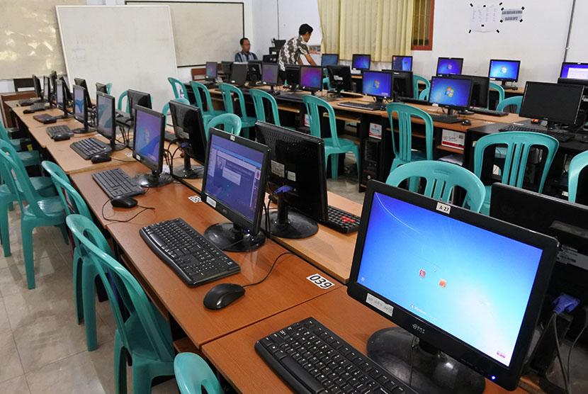 Teknisi memeriksa peralatan komputer Ujian Nasional Berbasis Komputer (UNBK) di sebuah sekolah di Jember, Jawa Timur.   (ilustrasi)