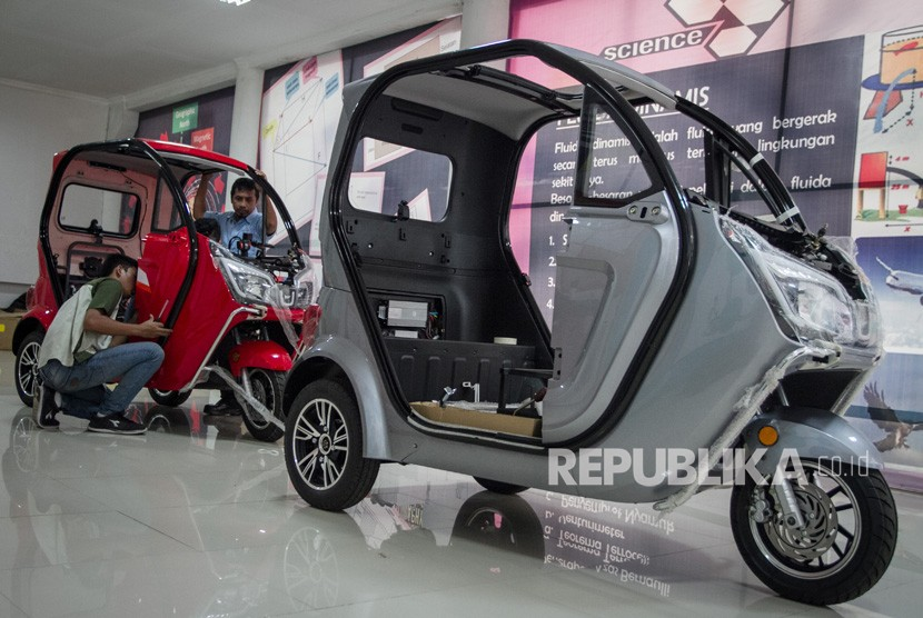 Technicians complete the process of assembling the electric motor Electric Vehicle Aglis artificial Solo Indonesia (Sevi) in Solo Technopark, Solo, Central Java.