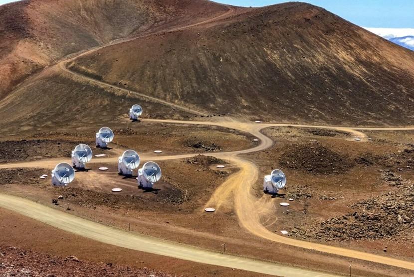 Teleskop Submillimeter Array yang merupakan bagian dari jaringan Event Horizon Telescope di Mauna Kea, Hawaii pada 4 April 2019. Teleskop tersebut digunakan untuk mengambil foto lubang hitam pertama di dunia.