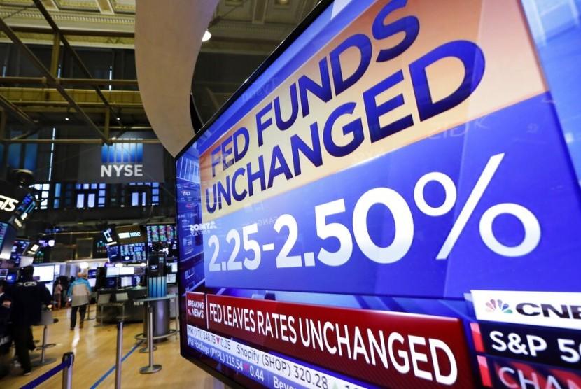 Televisi di Bursa Saham New York menunjukkan pengumuman ditahannya suku bunga acuan oleh bank sentral AS The Federal Reserve. The Fed mempertahankan suku bunga pada 2,25 persen hingga 2,5 persen.