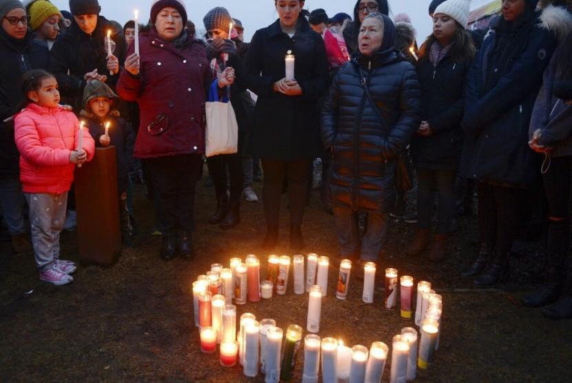 Teman dan keluarga berduka untuk korban pembunuhan Valerie Reyes dengan menyalakan lilin untuk menghormatinya di New Rochelle, NY, (7/2).