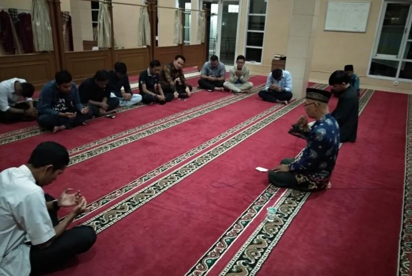 Teman sekolah Rivandi Pranata, pegawai Ditjen Pajak yang menumpangi Lion Air JT610, menggelar doa bersama di SMA 10 Padang, Kamis (1/11) malam.