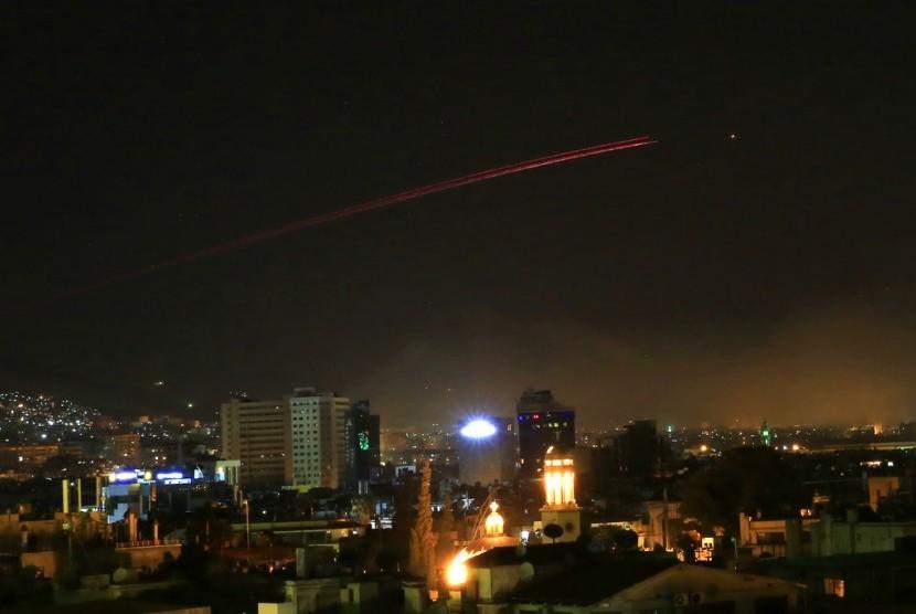 Tembakan anti-pesawat tempur terlihat di langit Damaskus setelah AS meluncurkan serangan di Suriah, pada Sabtu dini hari (14/4). Donald Trump mengumumkan serangan udara ke Suriah sebagai tanggapan atas dugaan serangan senjata kimia.