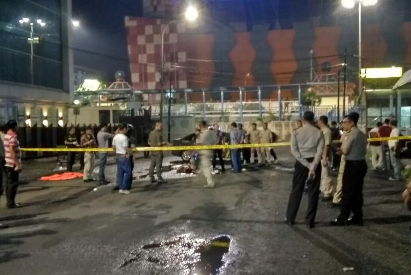 Tempat kejadian perkara (TKP) penusukan dua anggota Brimob usai shalat Isya di masjid Lapangan Bhayangkara, Blok M, Jakarta, Jumat (30/6) malam.