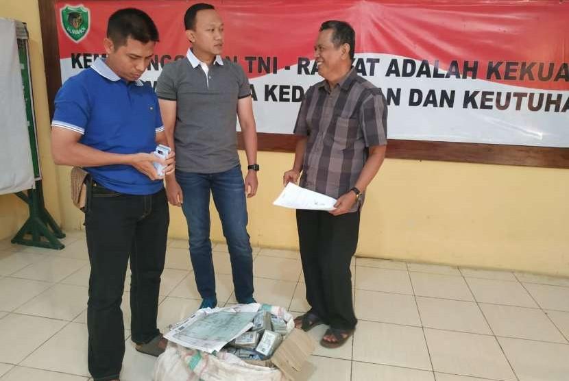 Temuan kepingan KTP-el di kampung Banjarsari , Desa Cikande, Kabupaten Serang