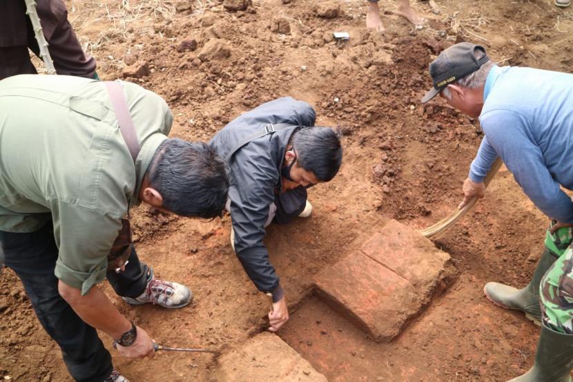 temuan-struktur-bata-kuno-di-desa-langlang-singosari-kabupaten_200723172403-661.jpg