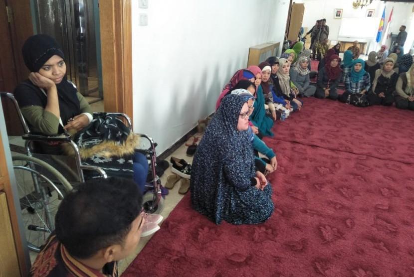 Tenaga kerja Indonesia asal Palu di Yordania, Intan Binti Astar (duduk di kursi roda) saat berada di KBRI di Amman, Yordania, Kamis (28/3).