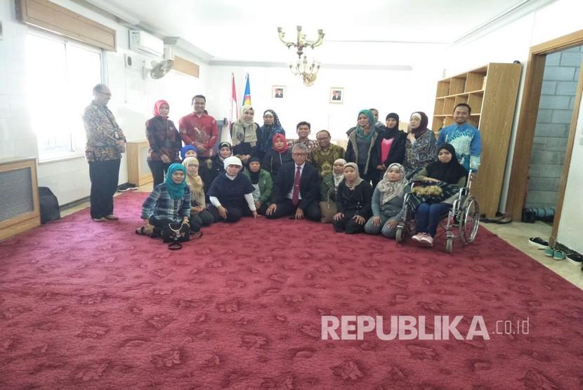 Duta Besar RI untuk Yordania, Andy Rachmianto (tengah), melepas kepulangan 19 orang pekerja migran Indonesia (PMI) di Kantor KBRI Amman, Yordania, Kamis (28/3).