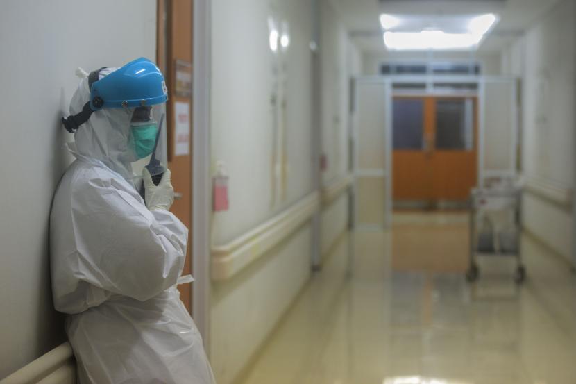 Tenaga kesehatan melakukan koordinasi di RSUD Kota Bogor, Jawa Barat.