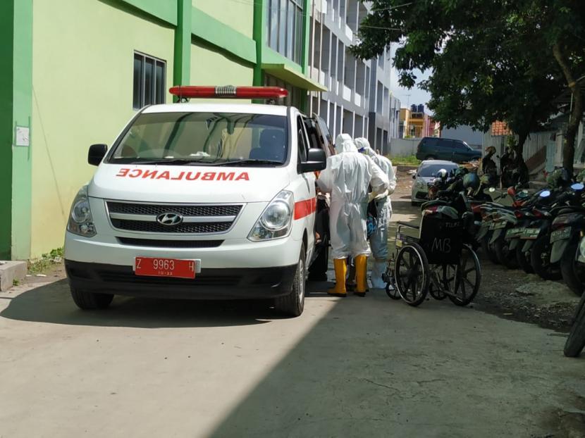 Tenaga kesehatan membawa pasien Covid-19 di RSUD dr Soekardjo Kota Tasikmalaya, Selasa (22/6).