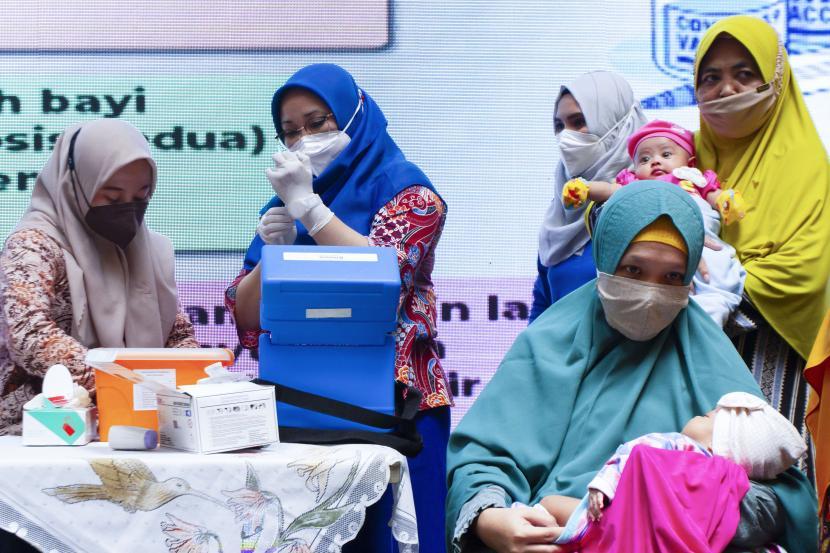 Tenaga kesehatan menyiapkan vaksin Pneumococcal Conjugate Vaccine (PCV) saat imunisasi pneumonia gratis