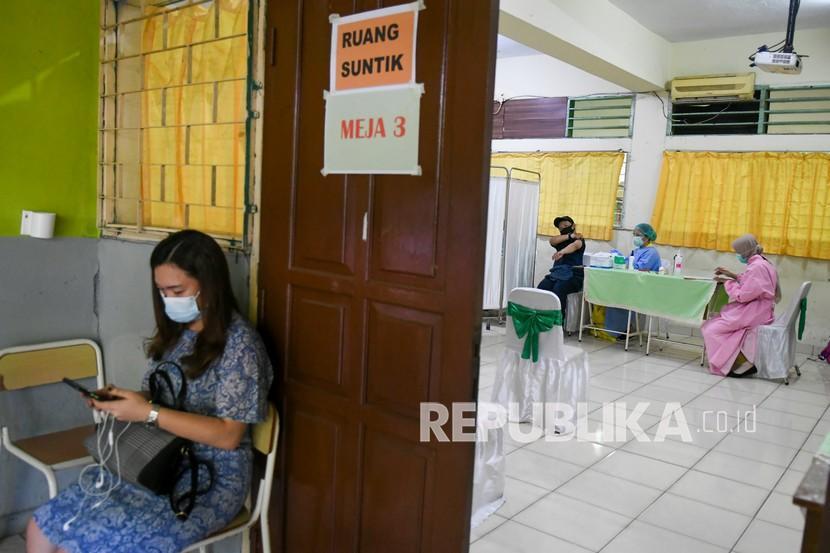 Tenaga kesehatan menyuntikkan vaksin COVID-19 pada tenaga pendidik di SMP 216, Jakarta, Selasa (6/4/2021). Dinas Pendidikan DKI Jakarta menargetkan guru dan tenaga pendidik sebanyak 142.403 orang akan divaksinasi sebagai upaya mencegah penyebaran COVID-19 di lingkungan sekolah dan persiapan jelang rencana Kegiatan Belajar Mengajar (KBM) tatap muka yang akan uji coba pada 7 April mendatang.