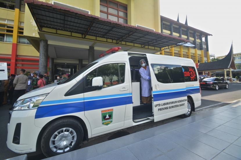 Mobil tes usap keliling terparkir di halaman Kantor Gubernur Sumatra Barat, di Padang, Senin (24/5/2021). Kota Padang mencatat tambahan 64 kasus positif Covid-19 pada Sabtu (19/6).