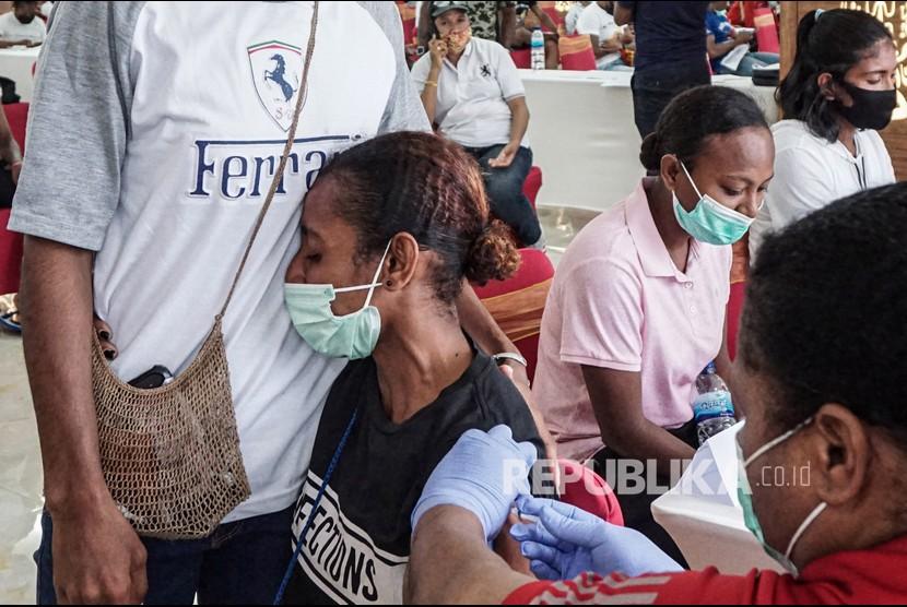 Tenaga medis menyuntikkan vaksin COVID-19 kepada atlet Papua di Wisma Atlit Mandala Jayapura, Kota Jayapura, Papua, Sabtu (19/6/2021). Koordinator medis Komite Olahraga Nasional Indonesia (KONI) Papua Billy Haumasse mengatakan tahap pertama vaksinasi kepada atlet Papua, panitia PON XX Papua dan official-official, hari pertama mencapai 300-an orang, sedangkan yang tak memenuhi syarat vaksin berjumlah 10 orang.
