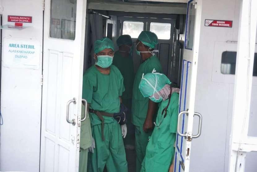 Tenaga medis Rumah Sakit Terapung Ksatria Airlangga (RSTKA) sebelum melakukan operasi di atas kapal yang bersandar di Pelabuhan Donggala, Sulawesi Tengah, Kamis (11/10).