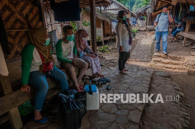 Tenaga vaksinator Puskesmas Ciboleger menunggu warga Suku Baduy yang ingin mengikuti vaksinasi Covid-19 di Desa Ciboleger, Lebak, Banten (ilustrasi)