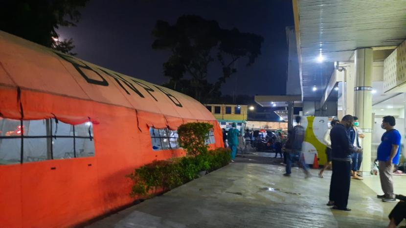 Tenda-tenda milik BNPB mulai didirikan di depan IGD RSUD Chasbullah Abdulmadjid, Kota Bekasi pada Selasa malam, (22/6).