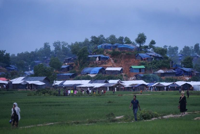 Tenda-tenda pengungsi Rohingya berdiri di atas bukit di wilayah Ukhia, Cox Bazar, Bangladesh, Kamis (28/9).