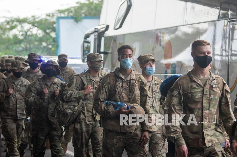 Tentara Amerika (US Army) berjalan menuju bus setibanya di Bandara International Sultan Mahmud Baddarudin (SMB) II Palembang, Sumatera Selatan, Sabtu (24/7/2021). Sebanyak 330 orang Tentara Amerika (US Army) tiba di Palembang dengan menerapkan protokol kesehatan yang ketat, kedatangan tersebut merupakan gelombang pertama pasukan yang akan mengikuti Latihan Bersama Garuda Shield ke 15/2021 di Pusat Latihan Tempur (Puslatpur) TNI AD di Baturaja, OKU, Sumatera Selatan, 1 -14 Agustus 2021.