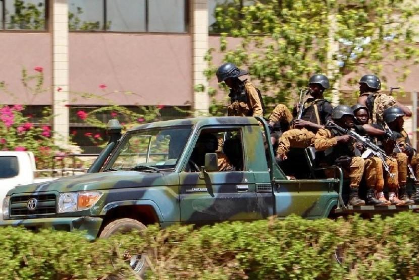 Tentara berjaga di depan Kedutaan Prancis di Burkina Faso.