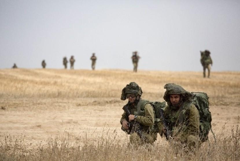 Tentara Israel berjaga di perbatasan Jalur Gaza.