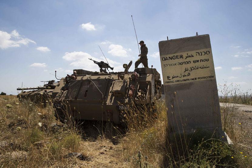 Tentara Israel berjaga-jaga di Dataran Tinggi Golan yang dikuasai negara zionis tersebut.