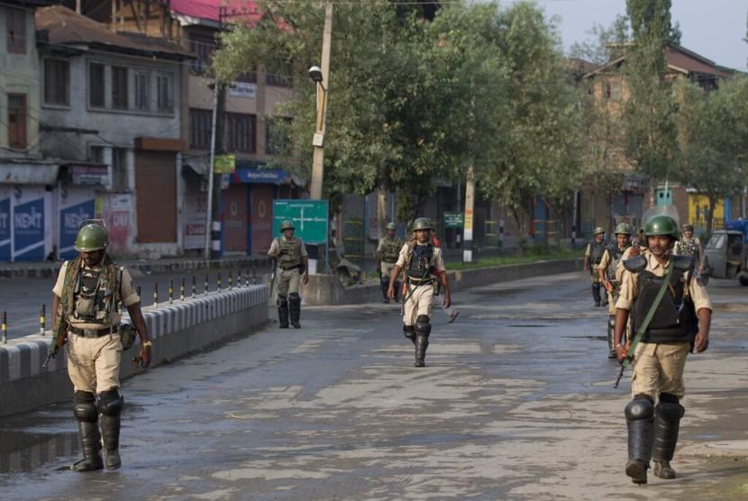 Tentara paramiliter India berpatroli saat jam malam di Srinagar, Kashmir yang dikuasai India, Rabu (7/8).