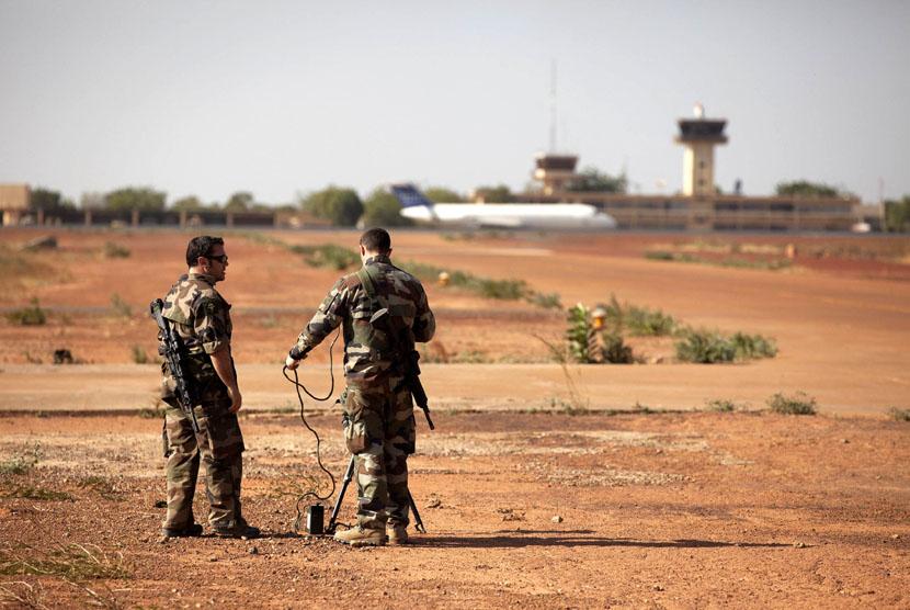 Tentara Perancis tengah uji coba senjata di pangkalan udara Mali di Bamako, Senin (14/1). (Reuters/Joe Penney)