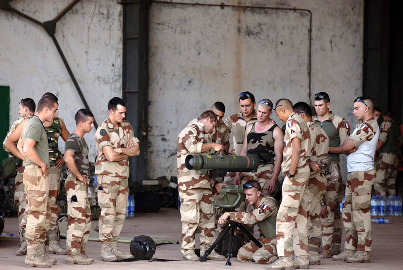 Tentara Prancis mengikuti pelatihan senjata di hanggar di pangkalan udara militer Mali di Bamako, Senin (14/1). (Reuters/Joe Penney)