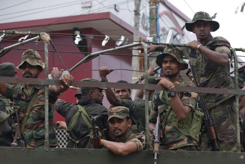 Tentara Sri Lanka kembali ke markas mereka setelah melakukan operasi mencari bahan peledak dan tersangka militan ISIS di Kalmunai, Sri Lanka, Senin (29/4).