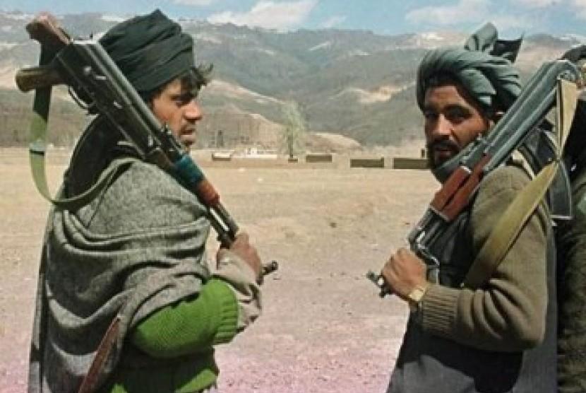 Tentara Taliban sedang berjaga-jaga di Bamiyan, Afghanistan.